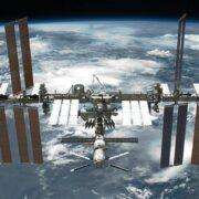 Российские космонавты впервые вынесут наружу МКС почву с микробами.