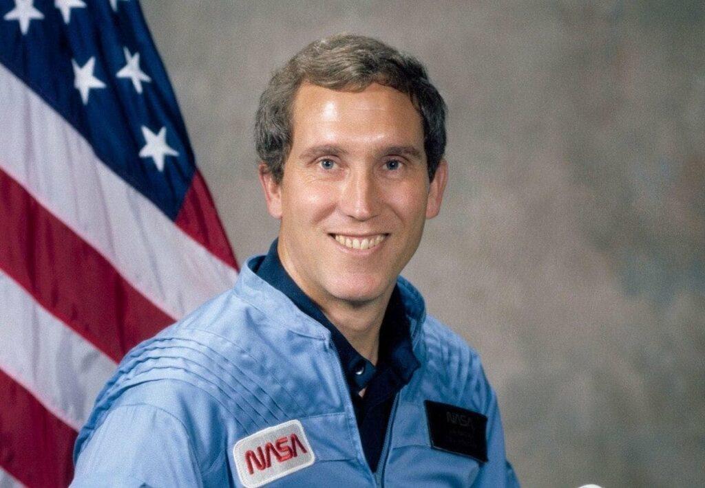 астронавтом Джоном Смитом