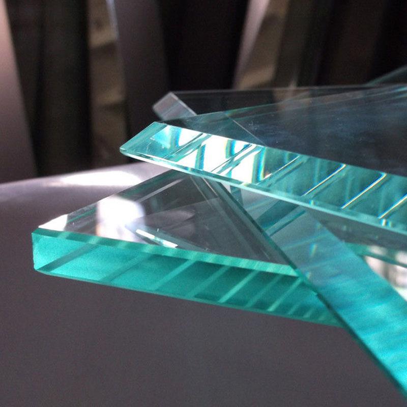 Почему прозрачное стекло на срезе зеленое?