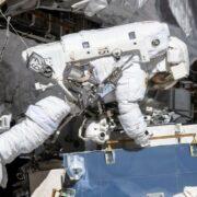 Астронавт за пределами борта МКС
